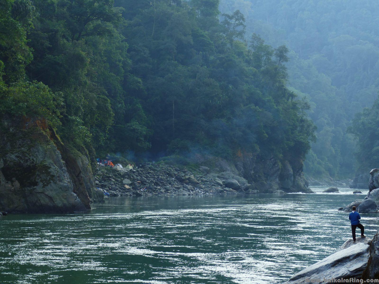 Сплав в Гималаях. Рыбалка на реке.